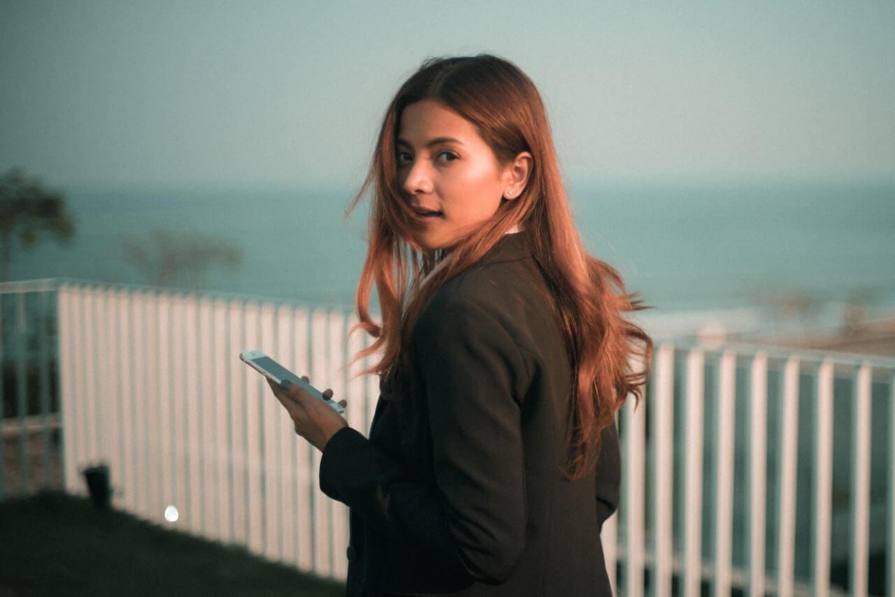 dievča s mobilom